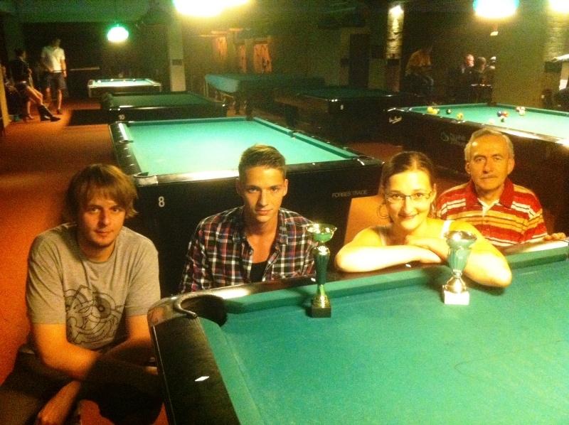 Zleva Honza Hanuš, Tomáš Švorc, Ivanka Lázníková a Tonda Záškoda billiard - kulečník - ping pong Praha 10
