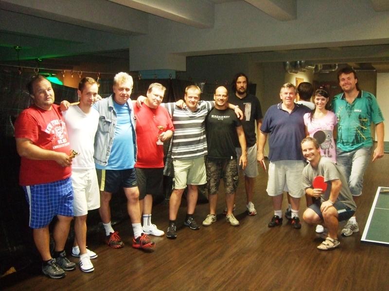 skoro všichni!                      kulečník - billiard - snooker - ping pong - stolní tenis - Praha 10 - Harlequin Praha - bowling - šipky - fotbálek - zábava - feremní večírky - svatby