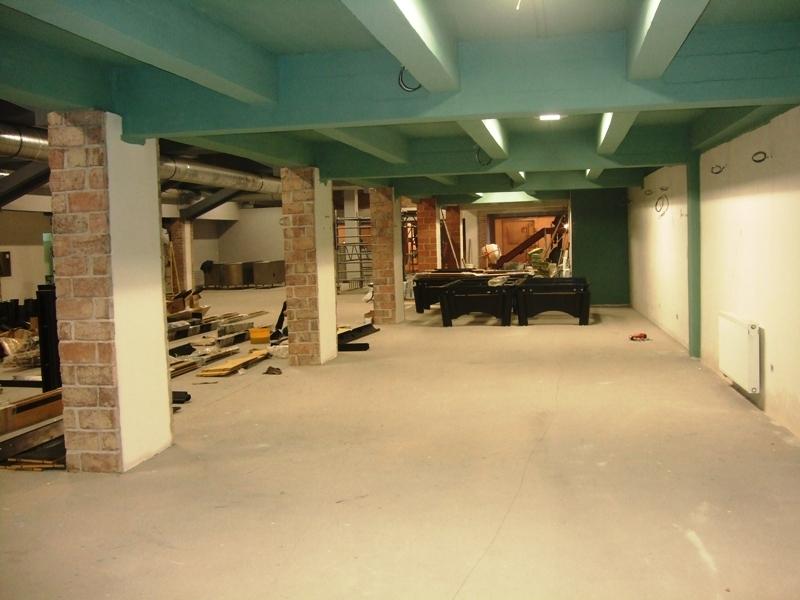 vymalovaný strop a stavba stolů