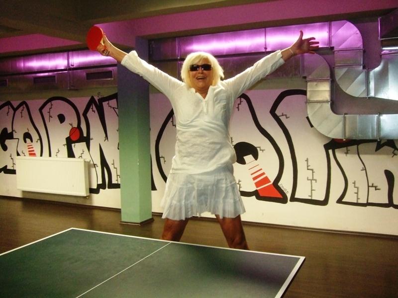 Hanka Čížková po smeči                       kulečník - billiard - snooker - ping pong - stolní tenis - Praha 10 - Harlequin Praha - bowling - šipky - fotbálek - zábava - feremní večírky - svatby