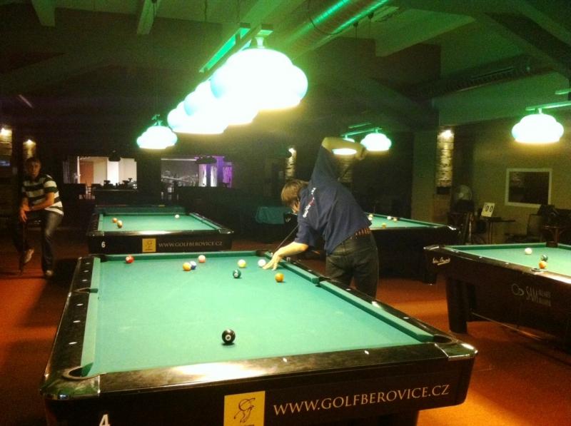 Bohdan Ivanec v billiardovém zápase s Křenkem - kulečník, billiard, ping pong Harlequin Praha 10