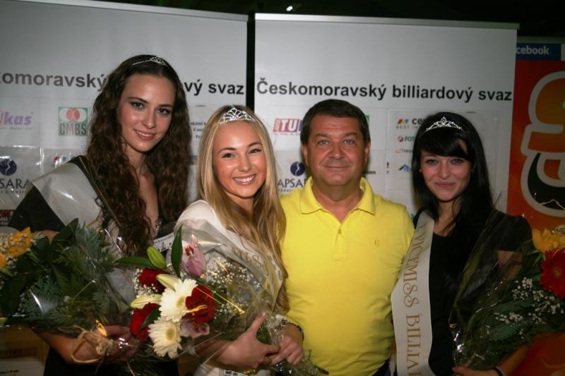 zleva Tereza Skoumalová, Miss Billiard 2012 Aneta Roučková, Pavel Schreiber a Ivana Courtonová v kulečníkovém klubu Harlequin Praha 10
